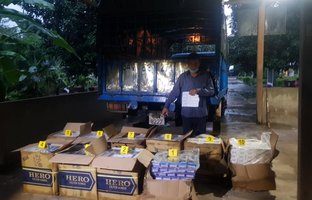 Bị bắt giữ khi bỏ bán trái cây đi chở thuê gần 5.000 bao thuốc lá lậu