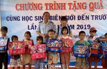 Thanh niên Hải quan tiếp sức học sinh dân tộc thiểu số tới trường