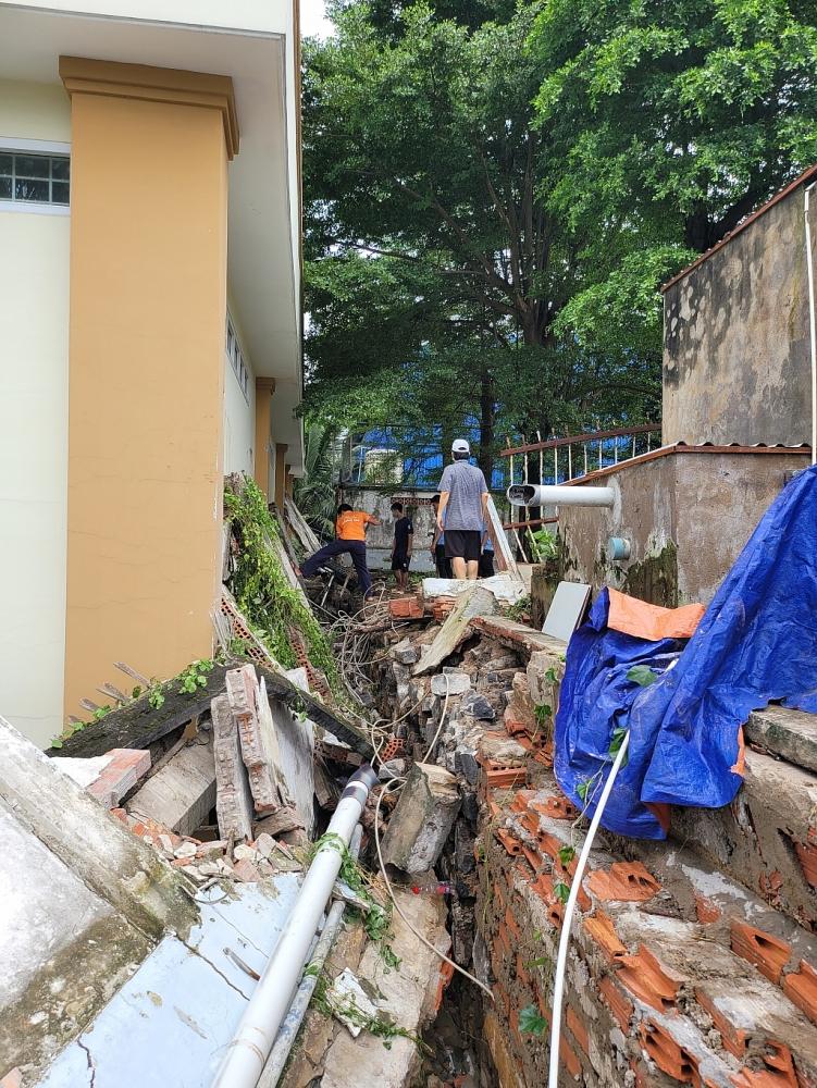 Mưa lớn gây ngập nặng, sập tường tại một chi cục Hải quan