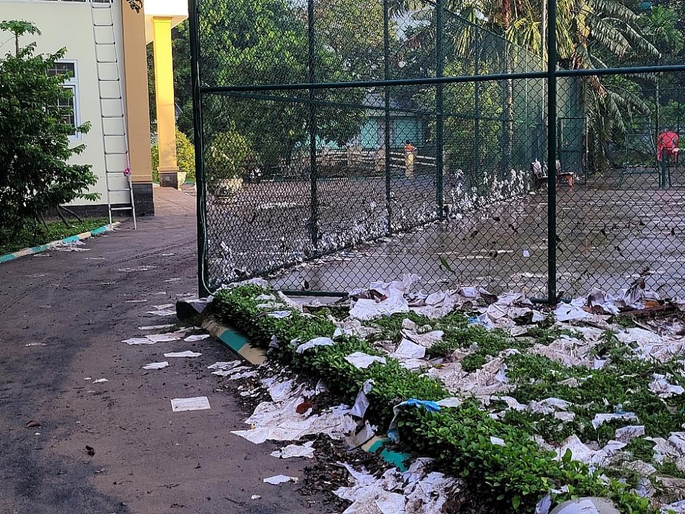 Khung cảnh hoang tàn sau khi nước rút, nhiều hồ sơ, chứng từ bị nước cuốn trôi khắp khuôn viên chi cục
