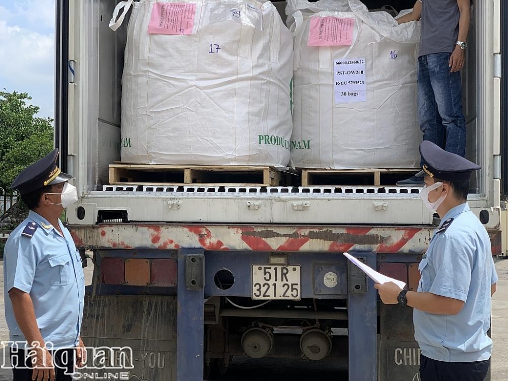 Công chức Hải quan Đồng Nai kiểm tra hàng hóa XNK
