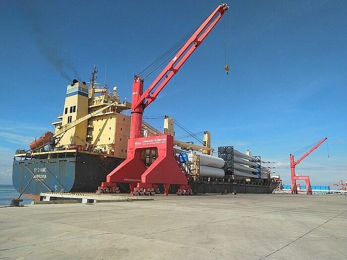 Tàu chở thiết bị điện gió cập cảng Quốc tế Vĩnh Tân. Ảnh: ST