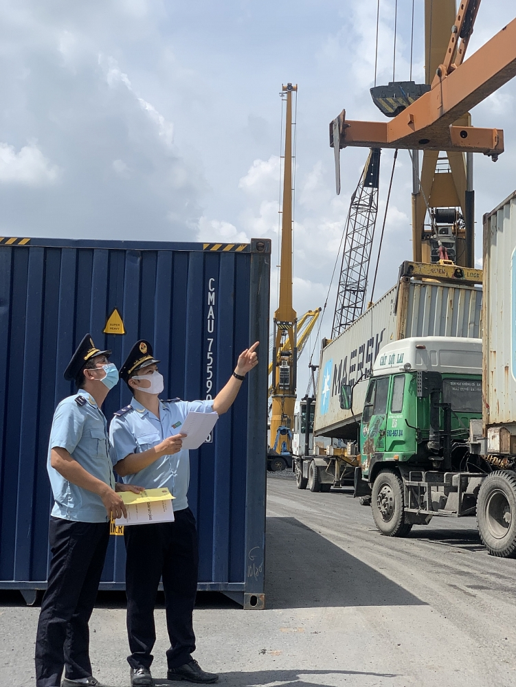 Công chức Hải quan Đồng Nai giám sát hàng hóa XNK tại Cảng Đồng Nai