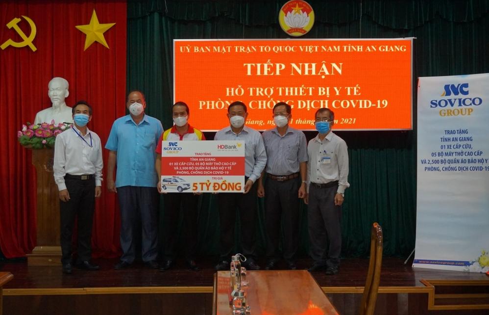 Tập đoàn Sovico và HDBank tặng xe cứu thương, máy thở, thiết bị y tế cho tỉnh An Giang