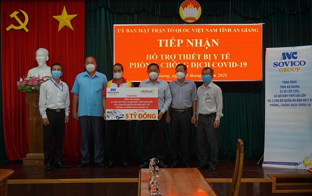 Đại diện Tập đoàn Sovico và HDBank trao tặng số thiết bị cho tỉnh An Giang