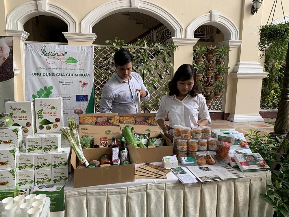 Nhiều sản phẩm nông nghiệp hữu cơ được trưng bày bên lề hội thảo. Ảnh: N.H