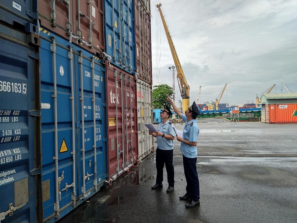 Công chức Chi cục Hải quan Biên Hòa giám sát hàng hóa xuất nhập khẩu. Ảnh: Võ Văn Thiệp