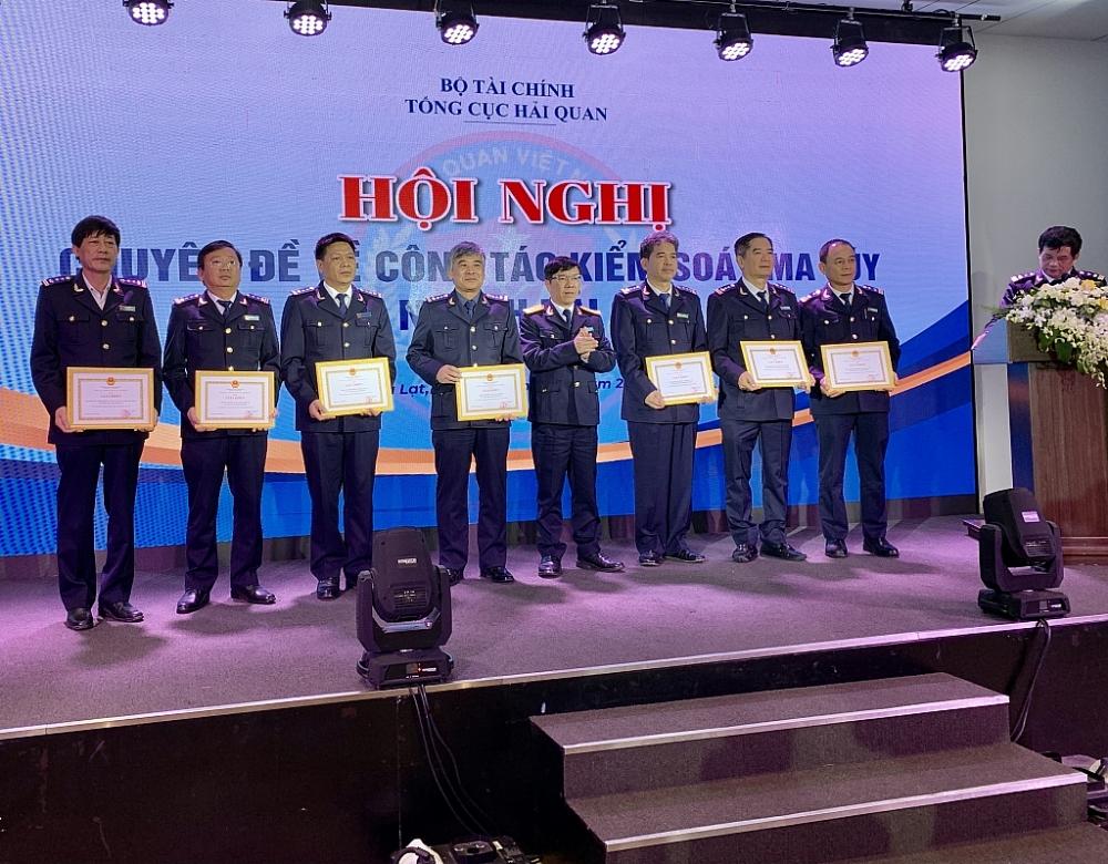 Phó Tổng cục trưởng Lưu Mạnh Tưởng trao giấy khen cho các tập thể. Ảnh: N.H