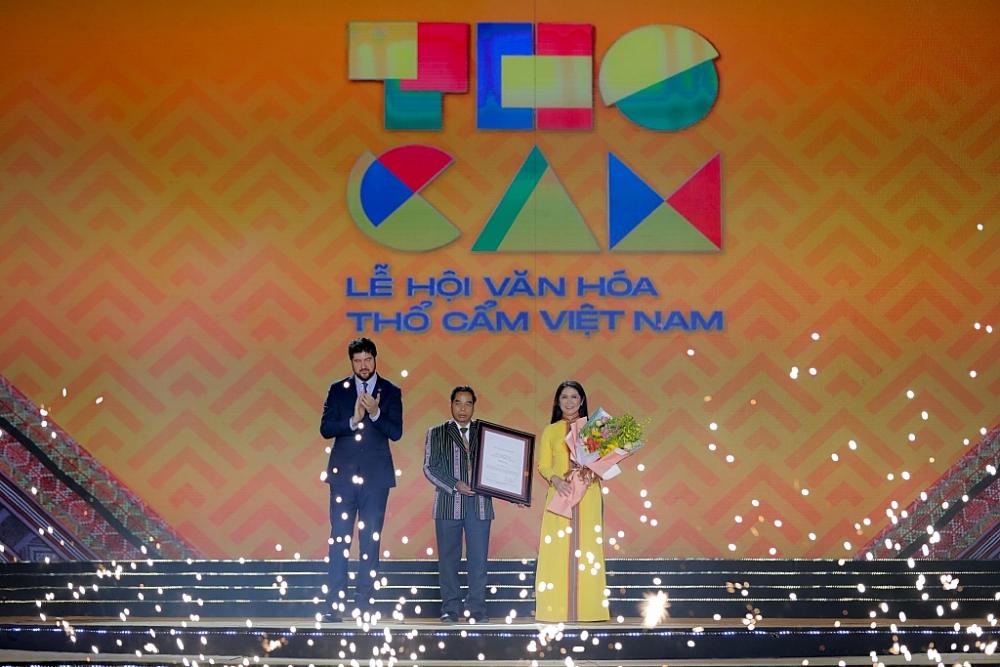 Ông Micheal Croft, Trưởng đại diện Văn phòng UNESCO tại Việt Nam trao chứng nhận Công viên địa chất toàn cầu cho lãnh đạo tỉnh Đắk Nông