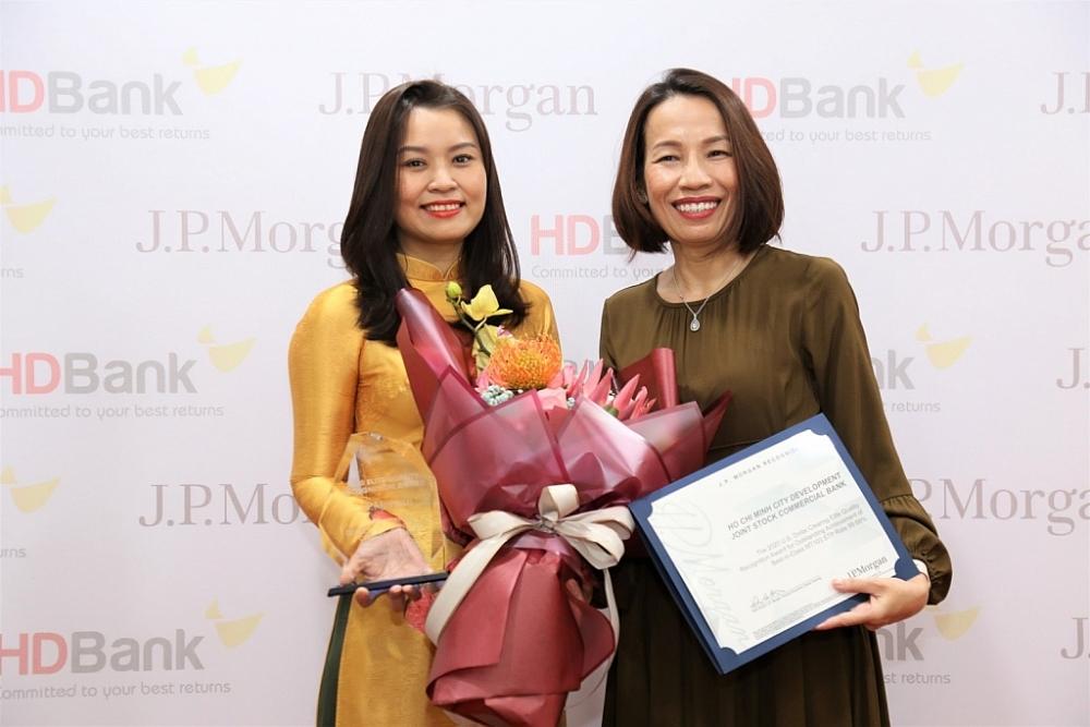 Lãnh đạo HDBank nhận giải thưởng Chất lượng thanh toán quốc tế xuất sắc
