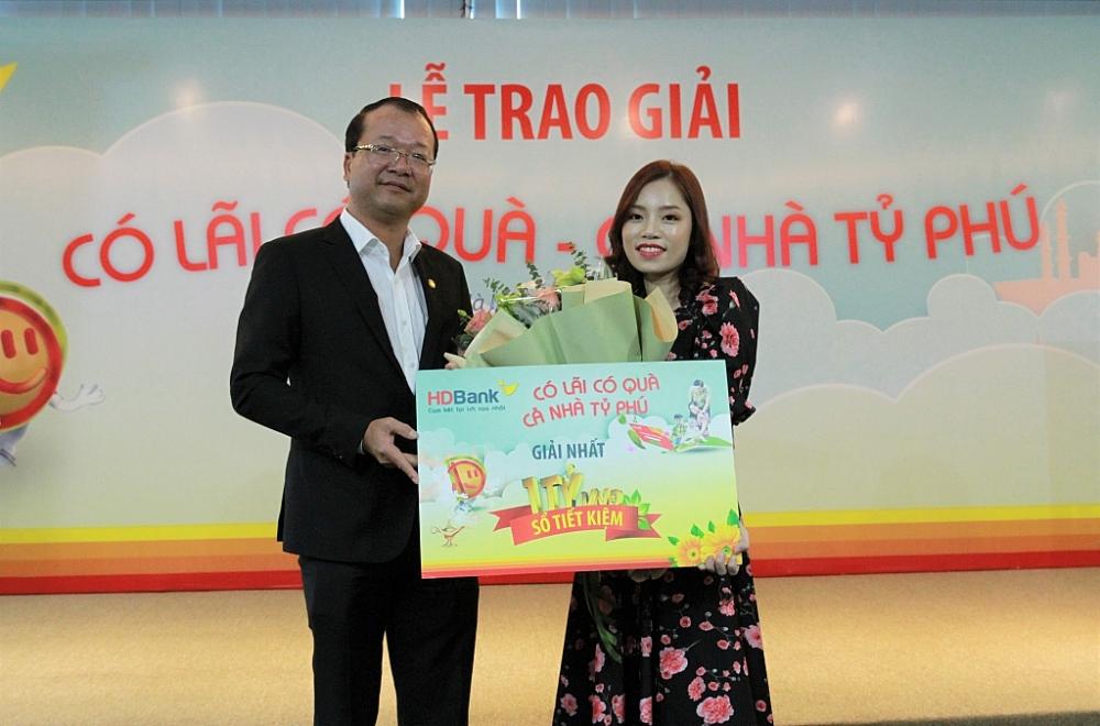 Lãnh đạo HDBank trao giải thưởng 1 tỷ đồng cho khách hàng