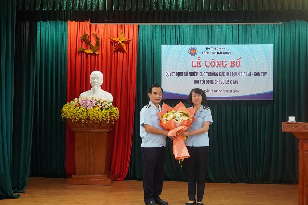 Phó Cục trưởng Cục Hải quan Gia Lai Kon Tum Lê Thị Thanh Huyền tặng hoa cho tân Cục trưởng