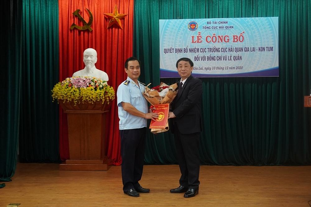 Phó tổng cục trưởng Hoàng Việt Cường trao quyết định bổ nhiệm cho ông Vũ Lê Quân