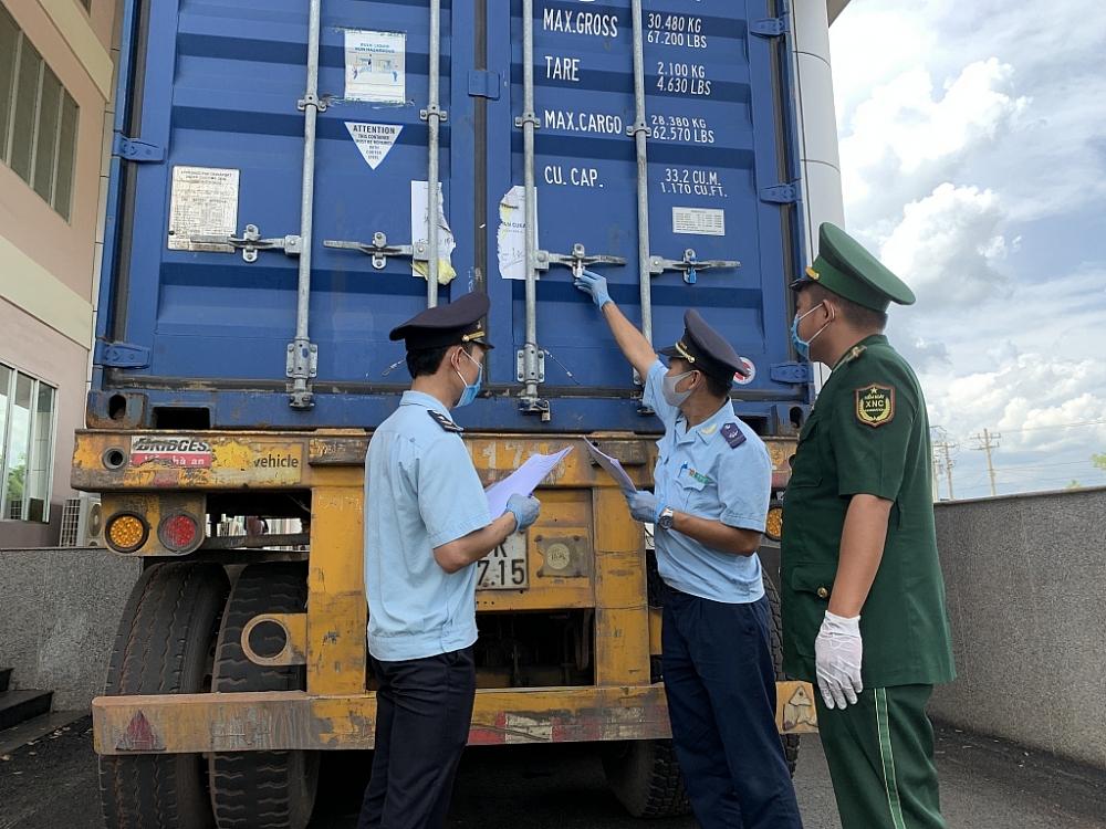 Công chức Hải quan Bình Phước kiểm tra hàng hóa XNK. Ảnh: N.H