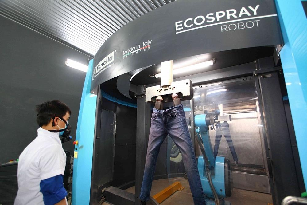 Sản xuất sản phẩm quần jean tại nhà máy của Phong Phú Jean