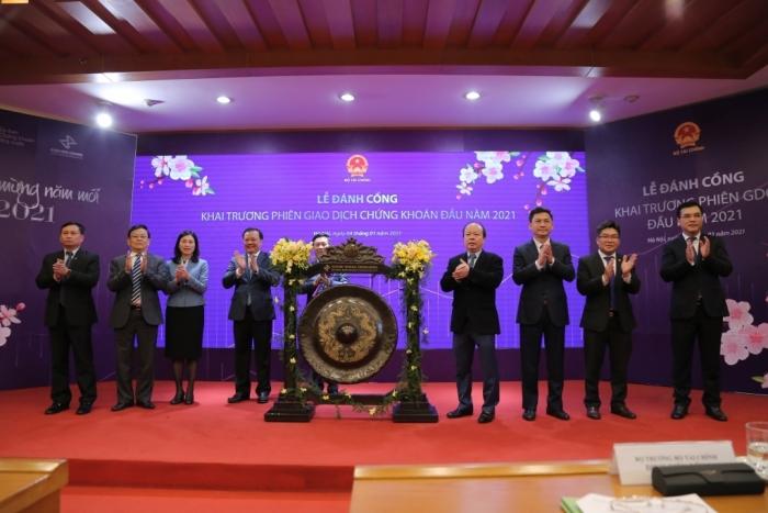 Bộ trưởng Bộ Tài chính đánh cồng khai trương phiên giao dịch chứng khoán đầu tiên năm 2021