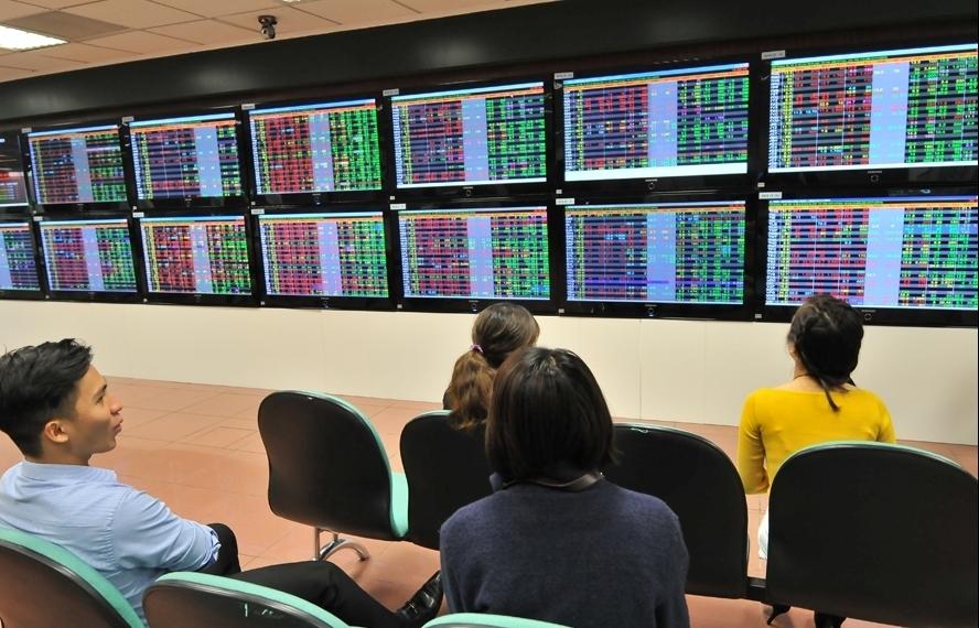Vi phạm giao dịch chứng khoán, người nhà lãnh đạo VPBank bị xử phạt gần 1 tỷ đồng