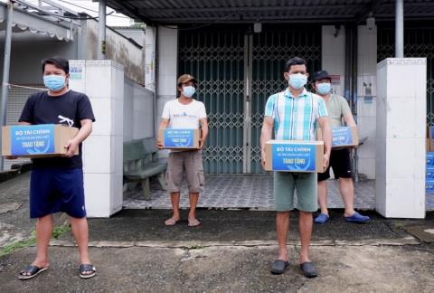 Bộ Tài chính gửi tặng 10.000 túi quà an sinh tới người dân tỉnh Bình Dương và TPHCM