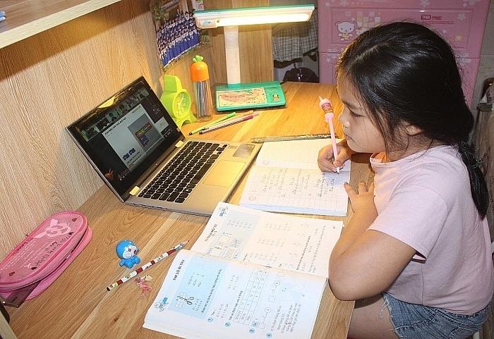 Hiện nhiều địa phương đang thực hiện học trực tuyến để đảm bảo an toàn cho học sinh và giáo viên. Ảnh internet.