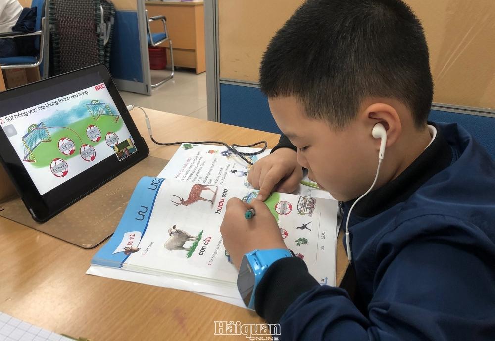 Học sinh lớp 1 và lớp 2 học trực tuyến khiến phụ huynh cho học sinh căng thẳng. Ảnh Hồng Nụ