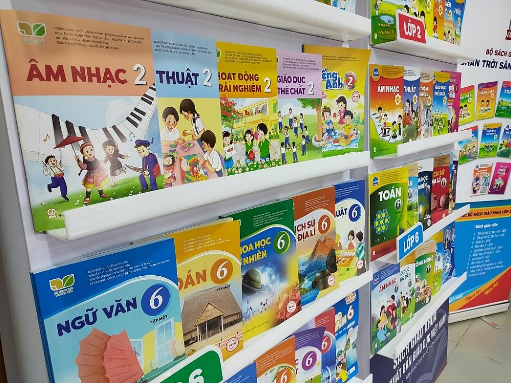 Sách giáo khoa lớp 1, lớp 6 của Nhà Xuất bản giáo dục Việt Nam được Bộ GD&ĐT phê duyệt. Ảnh Thương Nguyễn