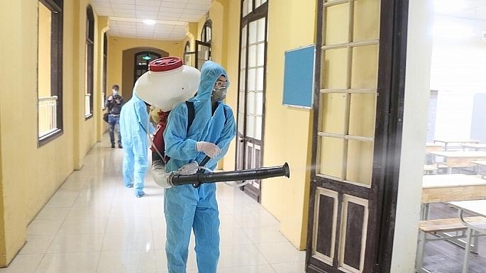 Các trường khẩn trương phun thuốc khử khuẩn để đón học sinh trở lại