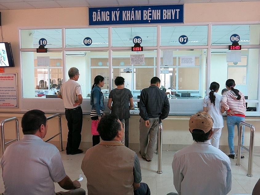 Người dân vẫn đến bệnh viện từ 4-5h sáng để xếp hàng chờ được khám bệnh. Ảnh internet.