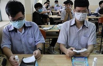 """Học sinh trở lại trường: Các trường """"gồng mình"""" chống nóng, chống dịch"""