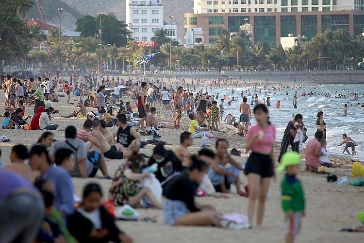Những ngày qua, bãi biển tạo một số địa phương vẫn tập trung đông người. Ảnh Xuân Ngọc, Vnexprees