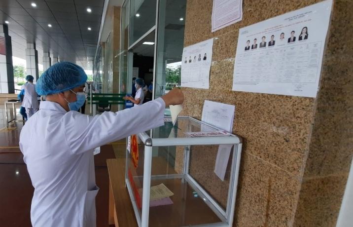 Cử tri Bệnh viện Bệnh Nhiệt đới Trung ương cơ sở Đông Anh hân hoan đi bầu cử