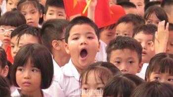 Hình ảnh ngộ nghĩnh của học sinh trong buổi lễ khai giảng