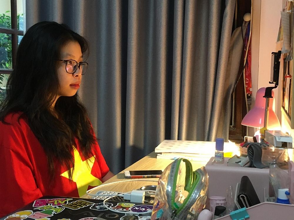 Dù lễ khai giảng thực hiện bằng hình thức trực tuyến nhưng các em học sinh luôn thực hiện nghiêm túc. Ảnh Nguyễn Trang.