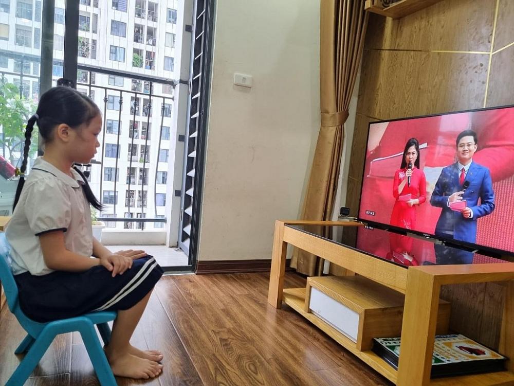 Tại Hà Nội, từ 7h30 sáng nay (5/9), hơn 2 triệu học sinh Thủ đô sẽ cùng hướng lên màn hình để đón chào lễ khai trường đặc biệt. Ảnh Thanh Nguyễn.