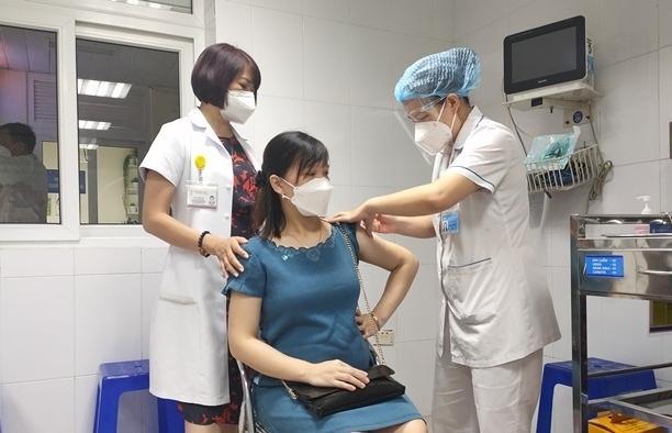 Khẩn trương tiêm vắc xin Covid-19 cho phụ nữ mang thai từ 13 tuần trở lên