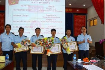 Đảng ủy Cục Hải quan TPHCM trao Huy hiệu 30 năm tuổi đảng cho đảng viên