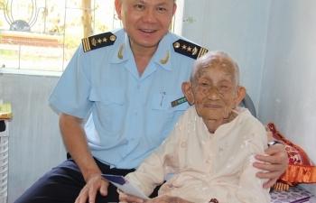 Cục Hải quan TPHCM mang Tết yêu thương, đầm ấm đến cho người già và trẻ em.