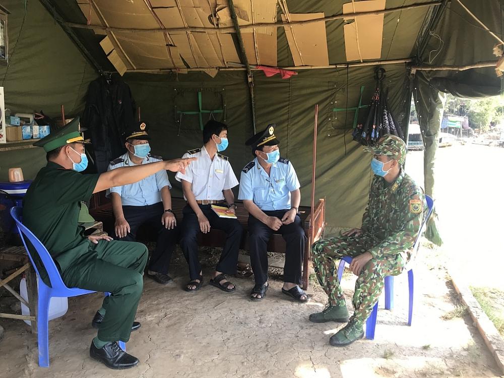 Màu áo xanh Hải quan tại các chốt liên ngành trên biên giới An Giang
