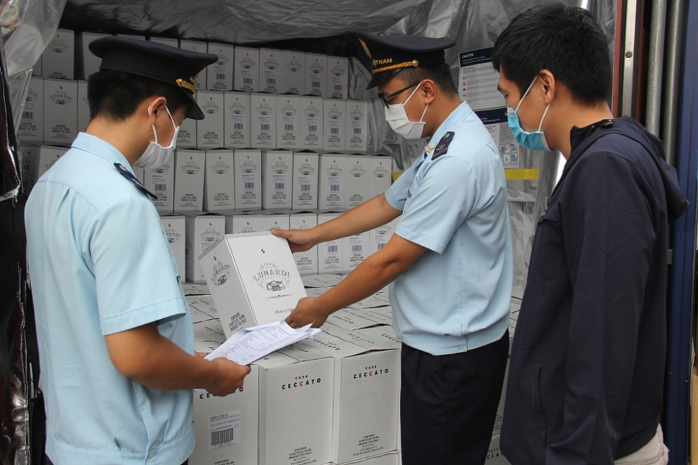 Hải quan cảng Sài Gòn khu vực 1 kiểm tra hàng nhập khẩu. Ảnh: T.H