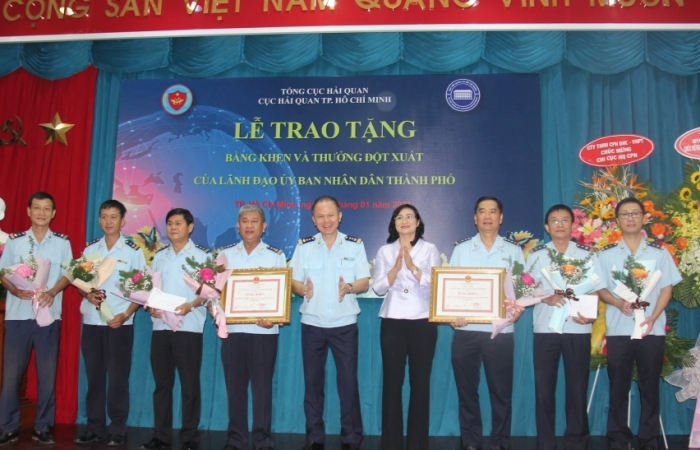 Phó Chủ tịch UBND TPHCM trao thưởng cho Hải quan TPHCM phá chuyên án ma tuý