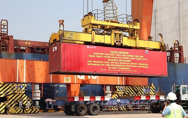 Các container hàng XK được bốc lên tàu
