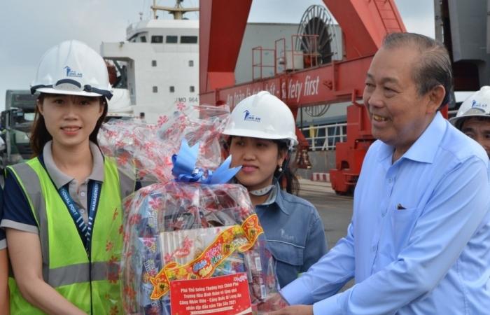 Phó Thủ tướng Trương Hòa Bình thăm công nhân làm việc xuyên Tết tại Cảng quốc tế Long An