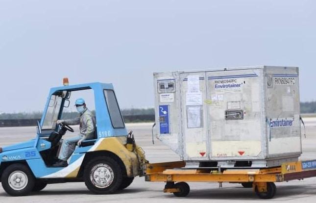 Hải quan sân bay quốc tế Tân Sơn Nhất  thông quan nhanh lô vaccine Covid-19 đầu tiên
