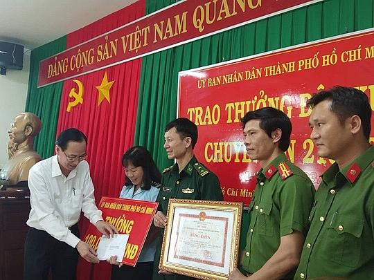 ubnd tphcm thuong nong ban chuyen an ma tuy 100 trieu dong
