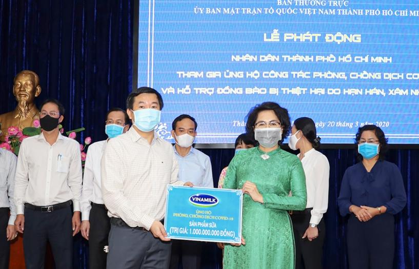 Vinamilk tặng  sản phẩm dinh dưỡng trị giá 1 tỷ đồng cho y tế TPHCM chống dịch