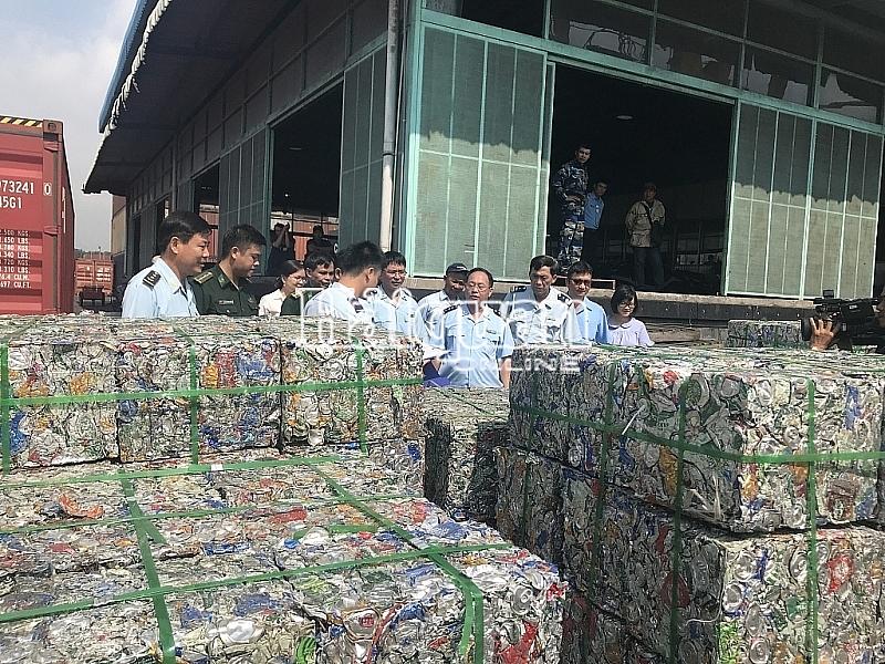 cong an truy na nu giam doc xuat lau 4 container phe lieu