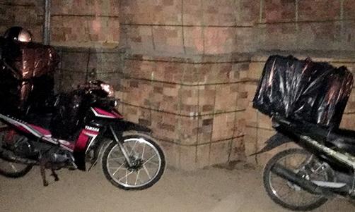 Buôn lậu bỏ lại 3 xe máy và gần 4.000 bao thuốc lá lậu