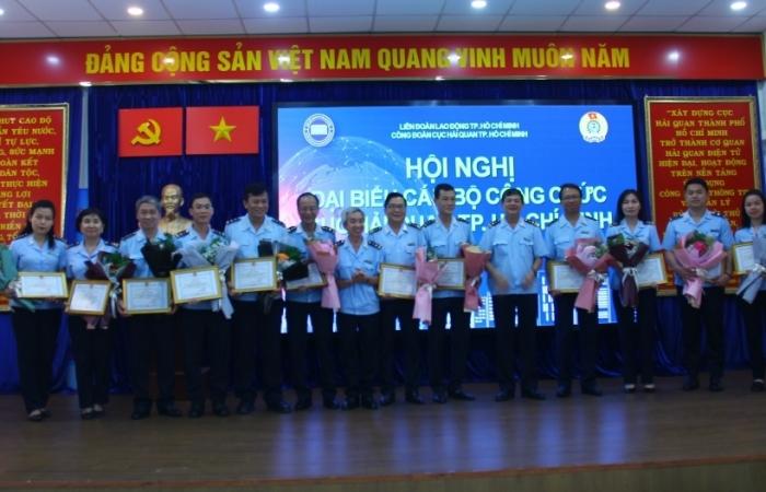 Hải quan TPHCM 3 năm liền nhận Cờ thi đua của Liên đoàn Lao động