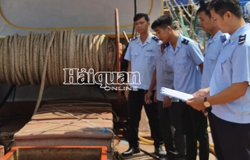 Hải đội 3 bắt 2 tàu chở đầy dầu DO nghi nhập lậu