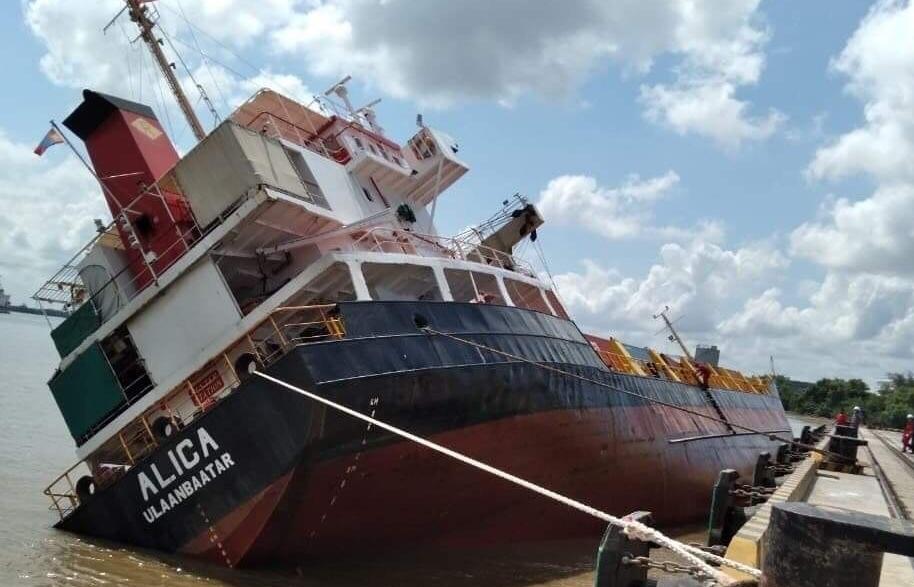 Tàu hàng lật nghiêng, nhiều container rơi xuống sông Sài Gòn