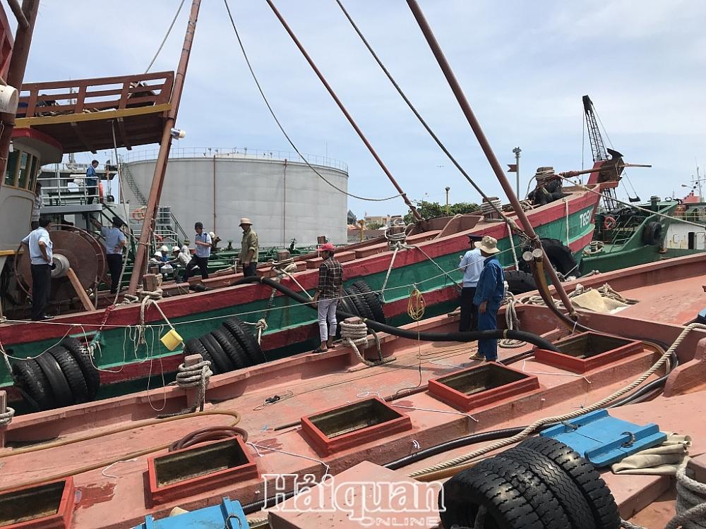 Hải đội 3 khám xét 2 tàu đánh cá chở đầy dầu D.O không chứng từ